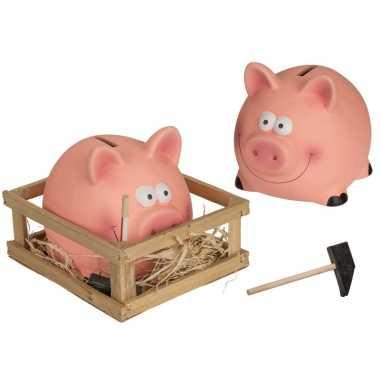 2x spaarvarkens met hamer in kistje keramiek 14 x 12 cm